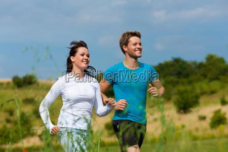 unge sporty par jogging udendors