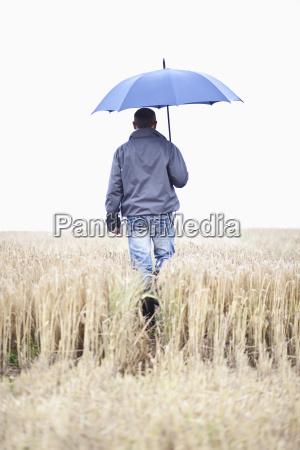 landmand foran et korn felt