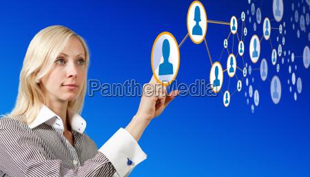 forretningskvinde arbejder med futuristisk netvaerk