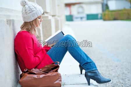 ung kvinde laese en bog