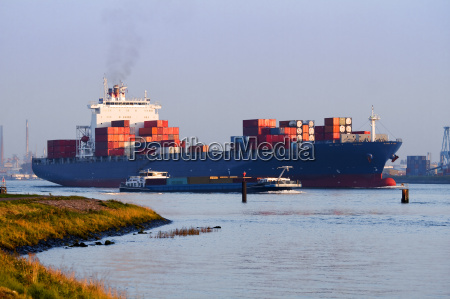 big containerskib pa floden