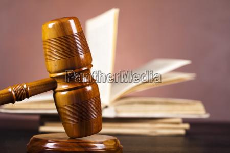 dommerne trae hammeren