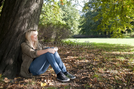 ung kvinde sidder i parken