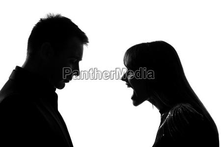 et par mand og kvinde skrigende