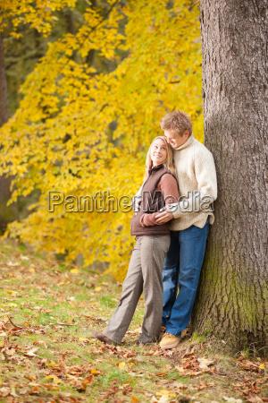 efteraret kaerlighed par kramme lykkelig i