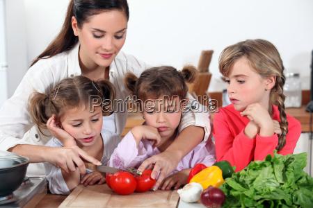 mor og hendes dotre gor salat