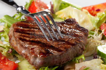 tenedor sobre un bistec a la