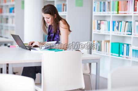 pretty kvindelige college studerende studerer i
