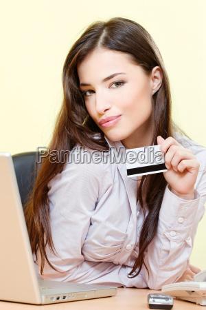kvinde kan pa linje shopping med