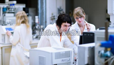 kvindelige forskerekemistuderende laver forskning i