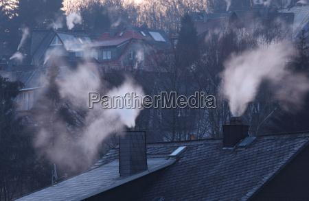 skorstene af boliger i tidlig vintermorgen