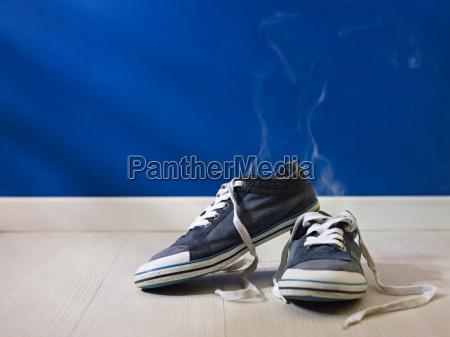stinkende udslidte sko tilbage pa traegulv