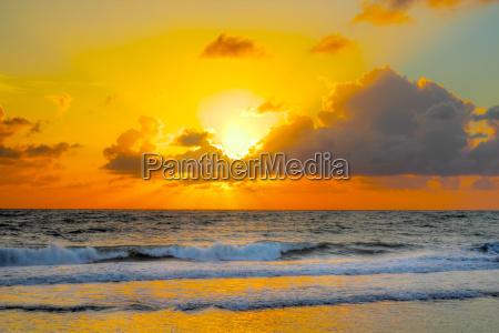 farverig solopgang pa en brasiliansk strand