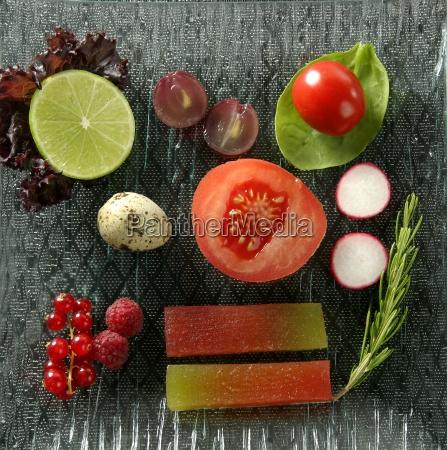 varieret salat med frugt quince og