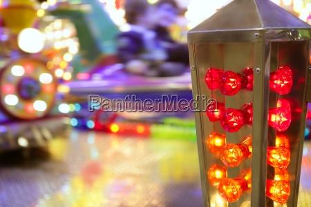 selskabslege tivoli attraktion naer farverige lys