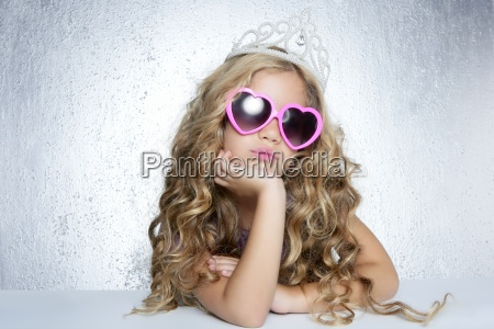 mode offer lille prinsesse pige portraet