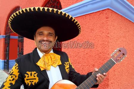 charro mariachi spille guitar mexico huse