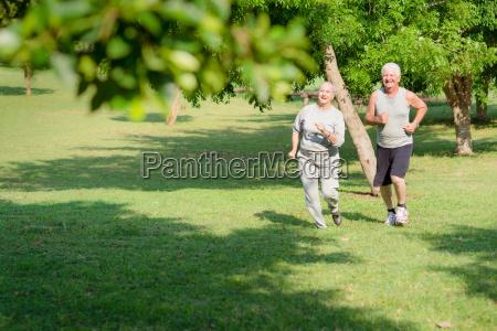 aktive senior folk jogging i city