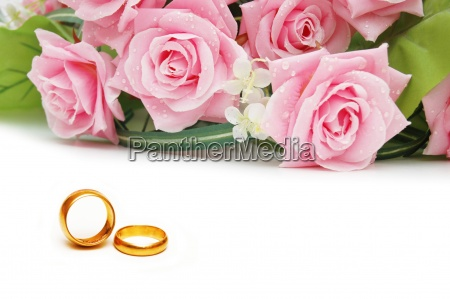 bryllup koncept med roser og ringe