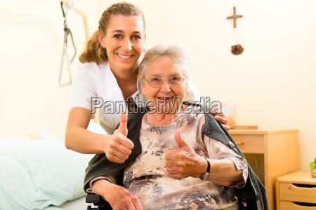 alder og pleje sygeplejerske og en