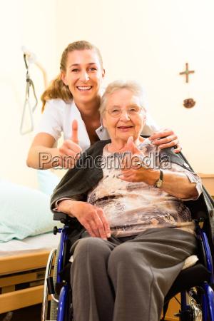 alder og pleje en sygeplejerske