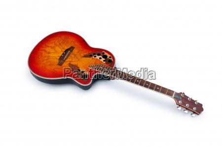 musical guitar isoleret pa den hvide