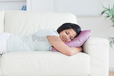 kvinde sover pa en sofa med