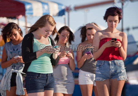 unge damer ved hjaelp af deres