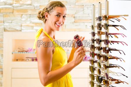 ung kvinde pa optiker kober briller
