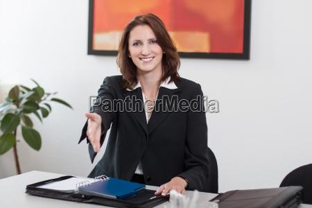 attraktive forretningskvinde ryster haender