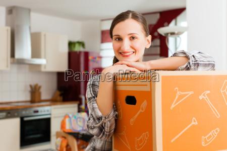 kvinde pack pakke ud fjernelse flytte