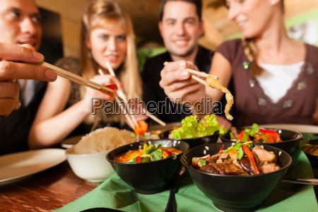 unge, mennesker, spiser, i, en, thailandsk - 7981542