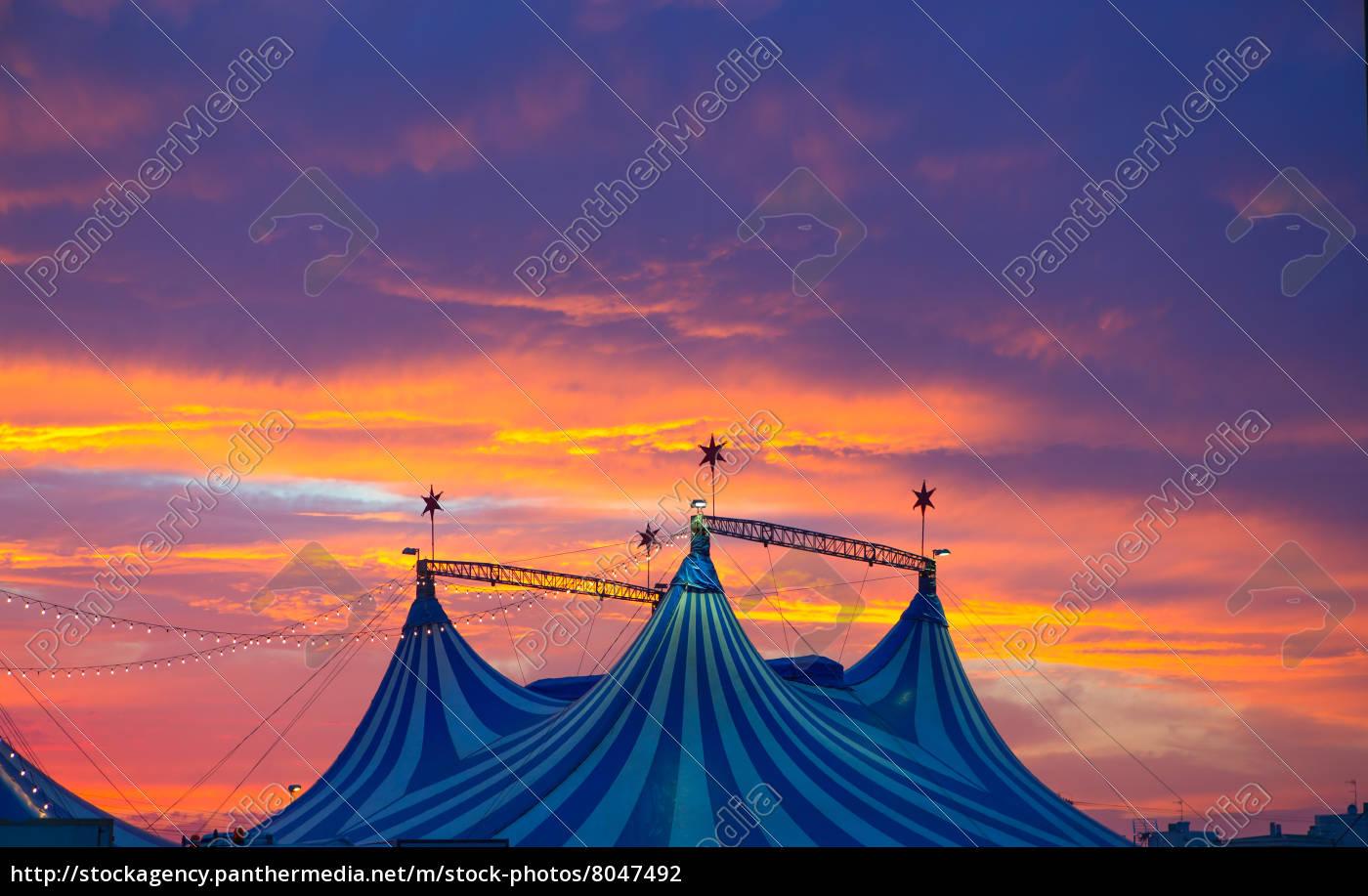 Kendte cirkustelt i en dramatisk solnedgang himmel farverige - Stockphoto OX-02