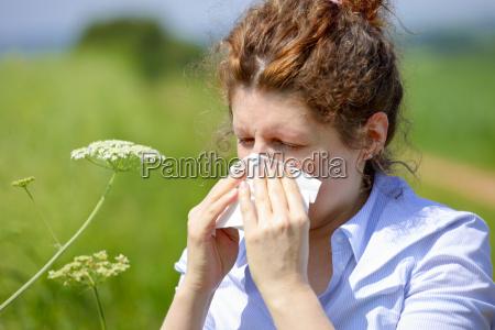 kvinde med en influenza eller en