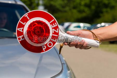 politibetjent eller politi i patrulje stopper