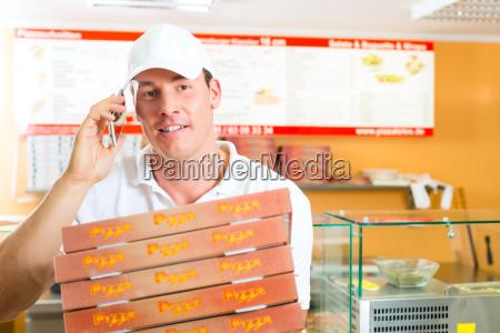 takeaway mand med pizzaaesker