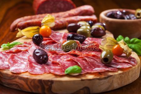 italiensk salami med oliven