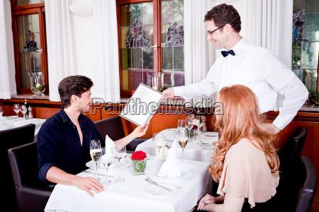 kone og mand har middag pa