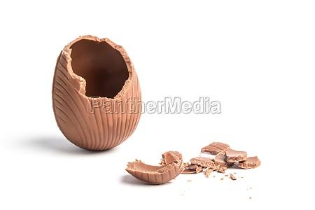 brudt chokolade paskeaeg pa hvid baggrund