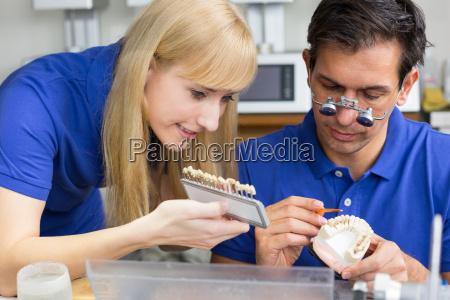 tandtekniker i dental laboratorium