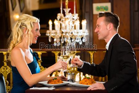 kvinde restaurant vin kone aegtefaelle aegtefaeller