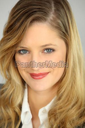 portraet af en attraktiv blond forretningskvinde