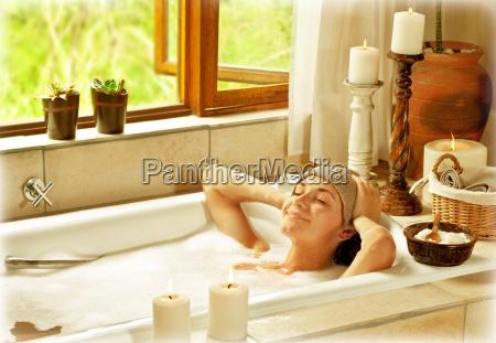 kvinde tager bad