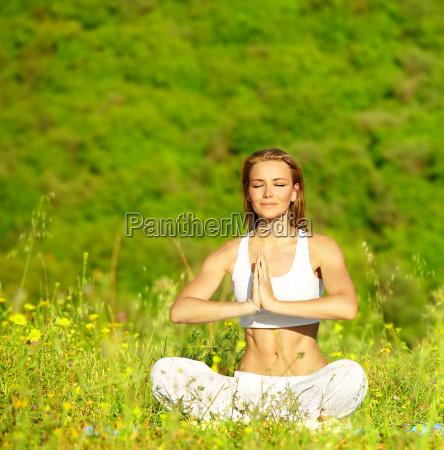 sund kvinde gor yoga