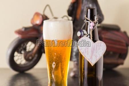 kolet gyldne ol i et glas
