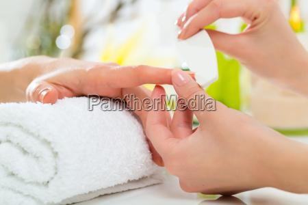 kvinde i neglesalon modtager manicure