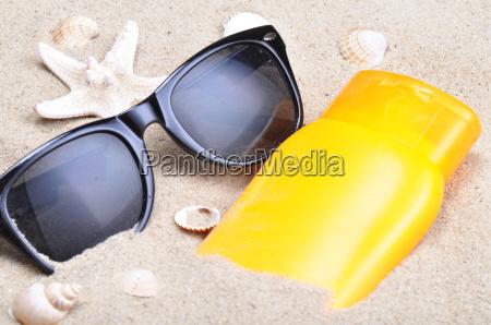 solbeskyttelse og solbriller pa en strand