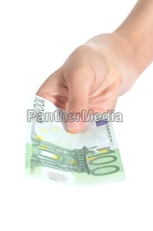 kvinde betaler en 100 euroseddel