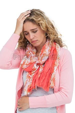 blond pige har bade hovedpine og