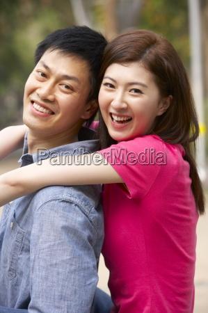 unge kinesiske par afslappende i parken
